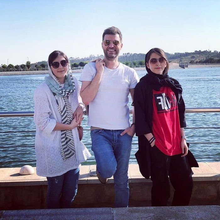 این دو دختر دوقلوی 18 ساله فرزندان آقای مجری جوان تلویزیون هستند ! + عکس