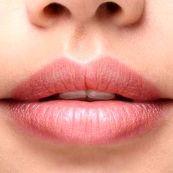 با این 4 روش لب های خود را قرینه کنید