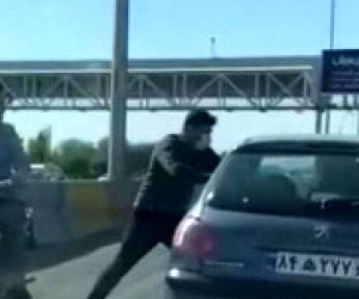 انتظار این افراد خطرناک در اتوبان کرج قزوین برای خودروهای 206