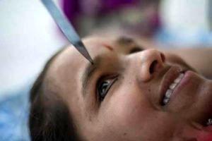 آرایش عجیب و زیبا چشم با لبه تیز چاقو توسط این دختر هندی + عکس